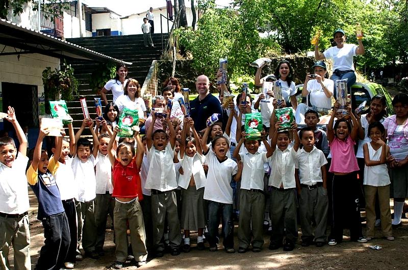 Manos Amigas Proniño ya está en organización para el siguiente mes, y en proyecto con otras actividades orientadas a beneficiar a los niños y a fomentar la participación de todos los empleados en estas obras de voluntariado
