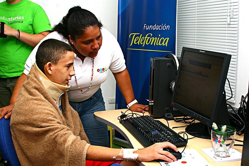 En el aula los niños tienen acceso a programas pedagógicos, interactivos y lúdicos, que han sido diseñados especialmente para mantenerles activos en el proceso educativo mientras reciben tratamiento médico para su recuperación