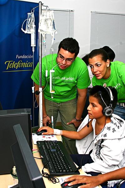 """""""En estas salas los niños tienen acceso a programas pedagógicos, interactivos y lúdicos, que han sido diseñados especialmente para mantenerles activos en el proceso educativo mientras reciben tratamiento médico para su recuperación"""