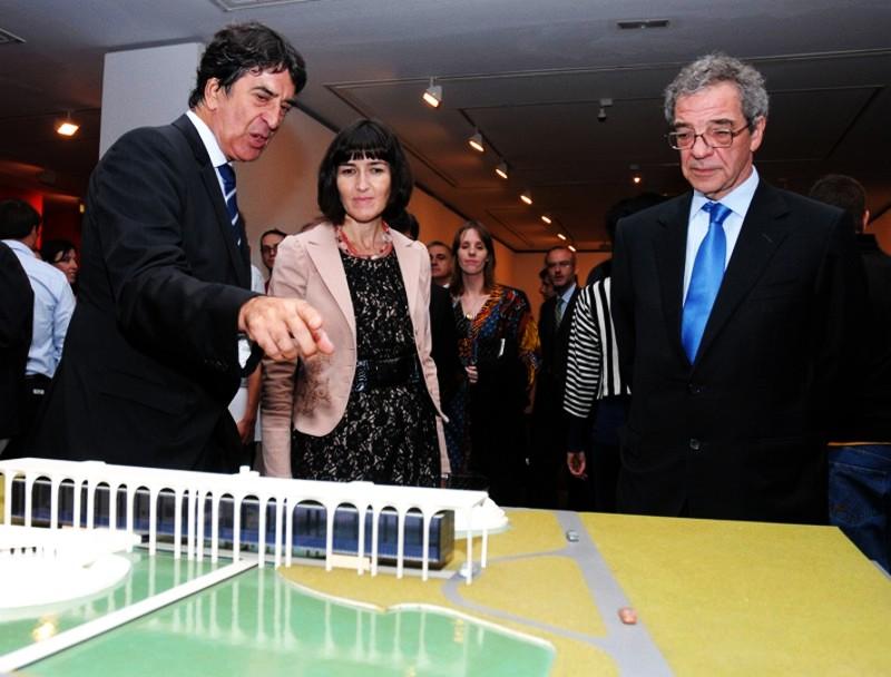 La Ministra de Cultura, Ángeles González Sinde, junto al Presidente de Telefónica César Alierta (dcha.) y el Director General de Fundación Telefónica Francisco Serrano (izq.) durante la inauguración de la exposición.