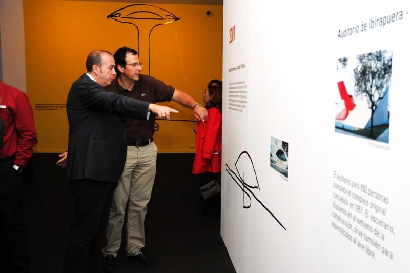 Visitantes en la sala de exposiciones.