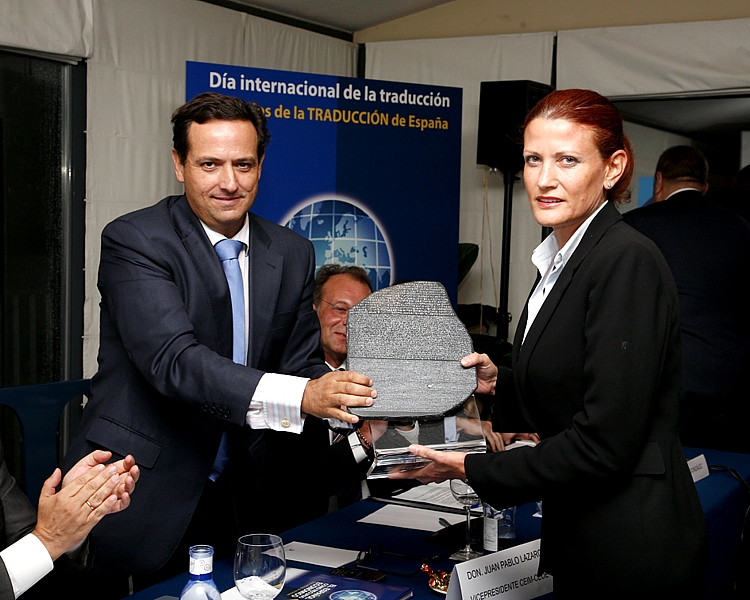 La directora de Comunicación de la Fundación, Almudena Bermejo, recogió el premio, simbolizado en una réplica de la célebre Piedra de Rosetta.