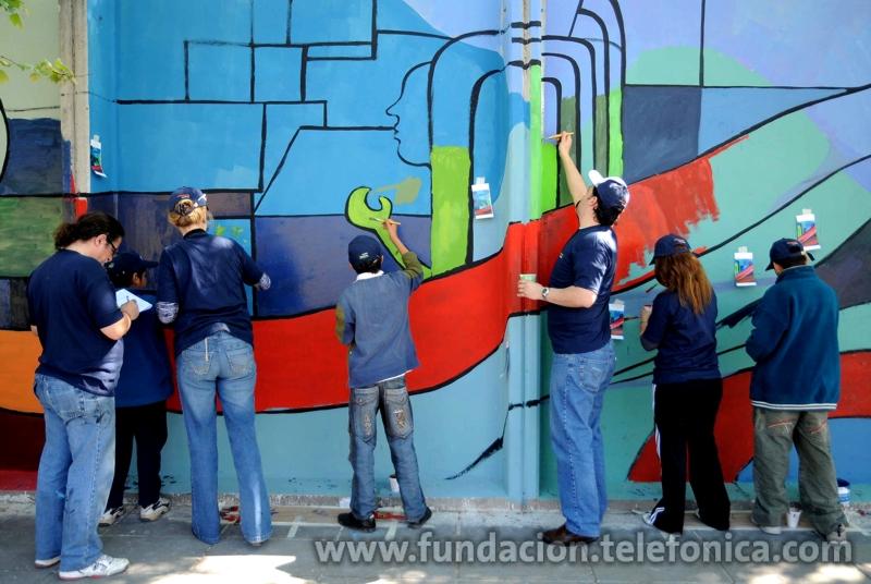 """Voluntarios del Grupo Telefónica en Argentina pintando murales para la campaña """"Pintemos un mundo mejor"""""""