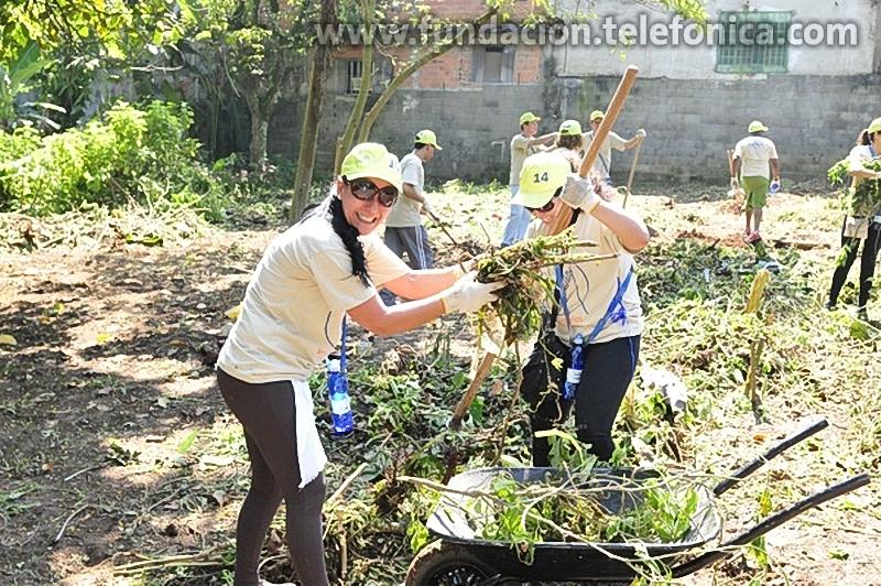 1200 empleados de Brasil, en el marco del programa Voluntarios, de la Fundación Telefónica, trabajaron en equipo y desarrollaron un proyecto para rehabilitar la única institución pública ubicada en la entrada de la Favela Sucupira, Barrio del Grajaú, São Paulo.