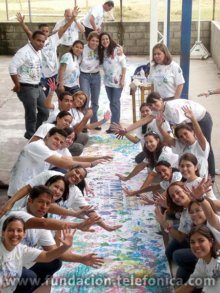 """La celebración del Día del Voluntario Telefónica incluyó la pintura de murales, a muchas manos, entre niños y voluntarios en las escuelas y hospitales, con el tema general """"pintemos un mundo mejor"""""""