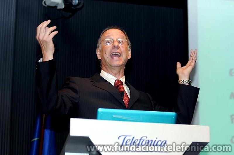 """David Weinberger, tras obtener su licenciatura en la Universidad de Toronto, se convirtió en consultor y ejecutivo de marketing de muchas compañías tecnológicas; actualmente es miembro del Berkman Center para Internet y la Sociedad de la Universidad de Harvard, donde es profesor de la asignatura """"La diferencia de la web"""""""