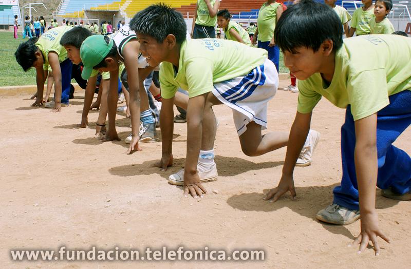 Escolares de las I.E. Sagrado Corazón de Jesús y Divino Maestro en la Academia Deportiva Escolar  Fundación Telefónica de atletismo en la ciudad de Abancay