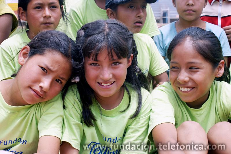 Un grupo de niñas en la Academia Deportiva Escolar  Fundación Telefónica de atletismo en la ciudad de Abancay