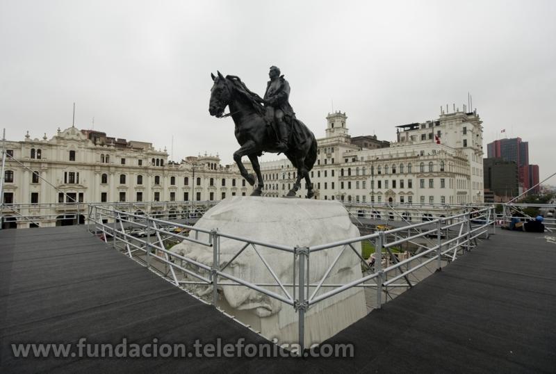 """""""Yo y San Martín"""" de la artista chilena Francisca Sánchez, quien nivela simbólicamente el suelo en el que se encuentran San Martín y su caballo con el de los transeúntes, mediante la instalación de una plataforma alrededor de esta emblemática escultura de La Plaza San Martín"""