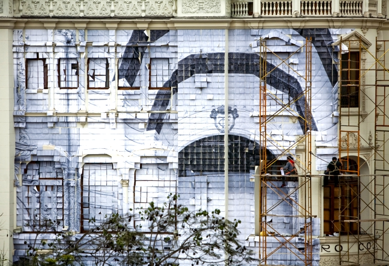 """""""La foto salió movida"""" de la artista peruana Sandra Nakamura, quien al empapelar el Teatro Colón con la imagen fragmentada de su sala principal da la impresión de que la fachada hubiese sido retirada"""