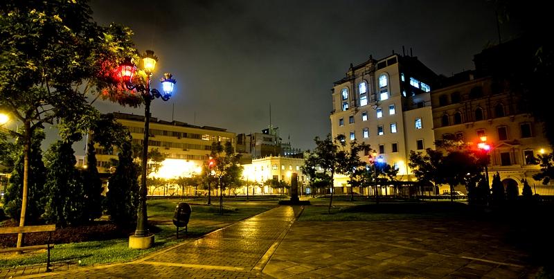 """""""Orden Público"""", del artista cubano James Bonachea, quien ha reemplazado las luces de alumbrado público del Parque de la Democracia por luces giratorias de"""