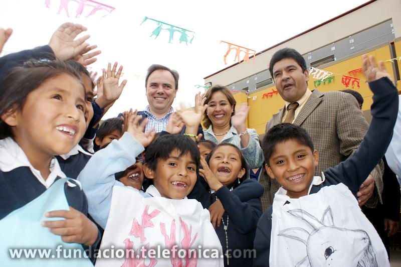 Javier Manzanares, presidente ejecutivo del Grupo Telefónica en el Perú; Nidia Vilchez, ministra de la Mujer y Desarrollo Social del Perú; y Rafael Yamashiro, congresista de la República del Perú, junto a niñas y niños de la I.E. Media Luna de la ciudad de Chincha.