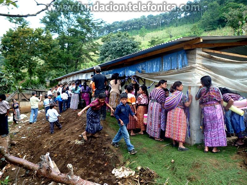 90 madres de niños Proniño de la Aldea Cerro Alto, Chimaltenango tendrán la oportunidad de recibir capacitaciones en el área de avicultura o manufactura textil