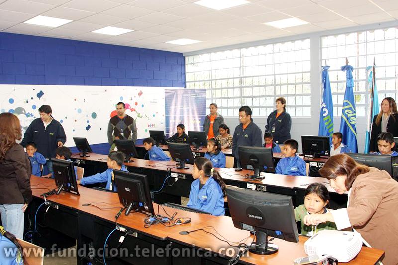 El Aula fue equipada con 20 computadoras de última tecnología con acceso a Internet, cañonera, pantalla de proyección y equipo multifuncional.