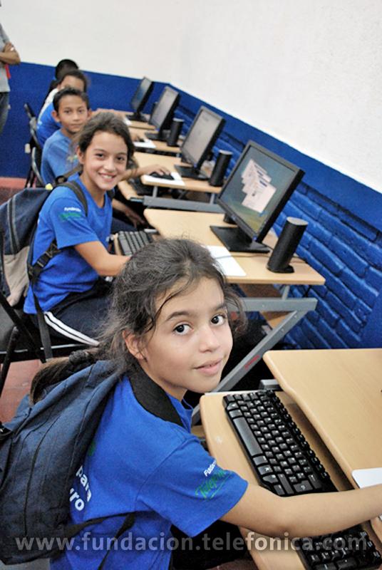 Benefiados del programa Proniño durante la inauguración de las Aulas Fundación Telefónica en Nicaragua.