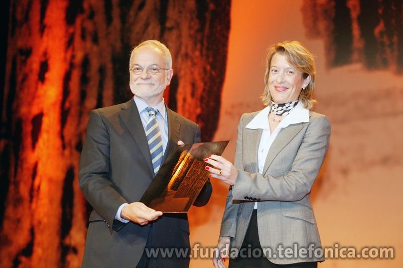 El vice-presidente ejecutivo de Fundación Telefónica, recogiendo el premio.