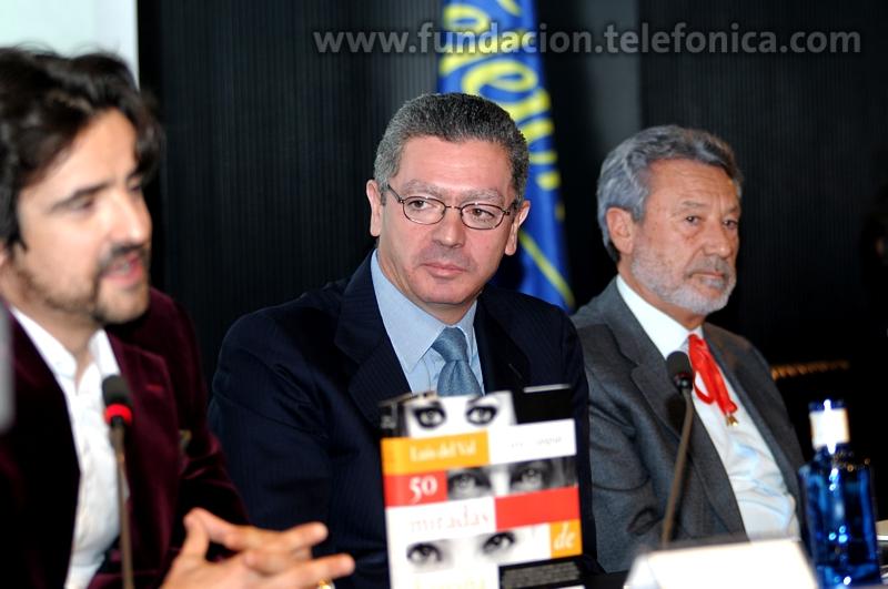 Los autores del libro, Luis Gaspar (fotógrafo) y Luis del Val, y en el centro Alberto Ruiz-Gallardón, Alcalde de Madrid