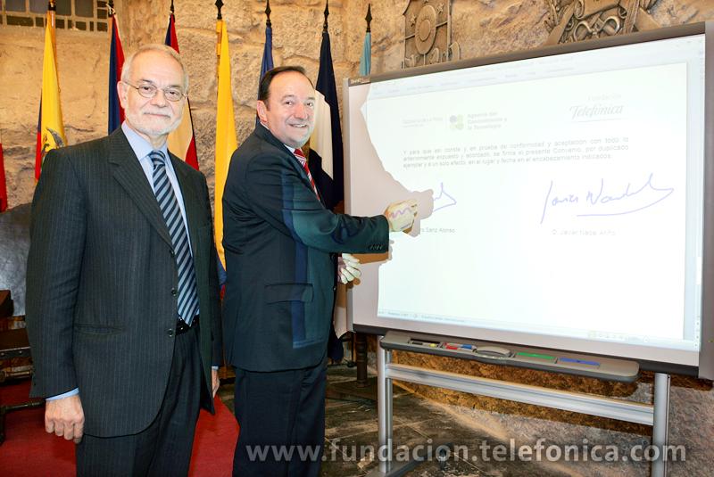 El vicepresidente ejecutivo de Fundación Telefónica, Javier Nadal, y el presidente del Gobierno de La Rioja, Pedro Sanz, firman el convenio en la pizarra digital.