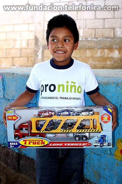 Fundación Telefónica con el apoyo de los Voluntarios llevaron a cabo una visita a la Aldea Cerro Alto en Chimaltenango para entregarles a los niños Proniño regalos y juguetes
