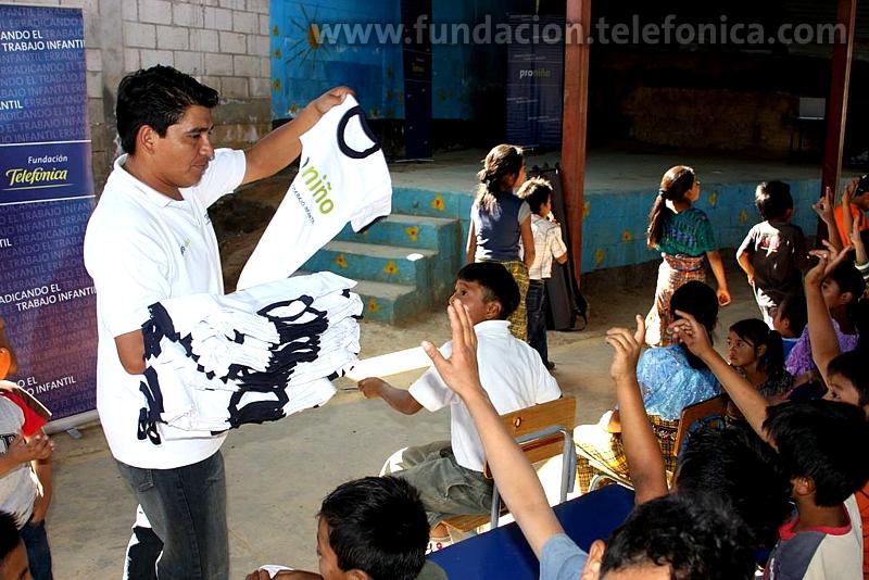El programa Proniño de Fundación Telefónica contribuye a la erradicación de la explotación laboral infantil a través de la escolarización exitosa y la mejora del entorno educativo, familiar y social de miles de niñas, niños y adolescentes que trabajan o están en riesgo de hacerlo