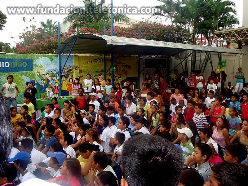 Empleados del Grupo Telefónica atienden las peticiones enviadas a Papá Noel por correo postal. En la imagen, Voluntarios de Telefónica de Ecuador celebran la navidad con niños del programa Proniño.