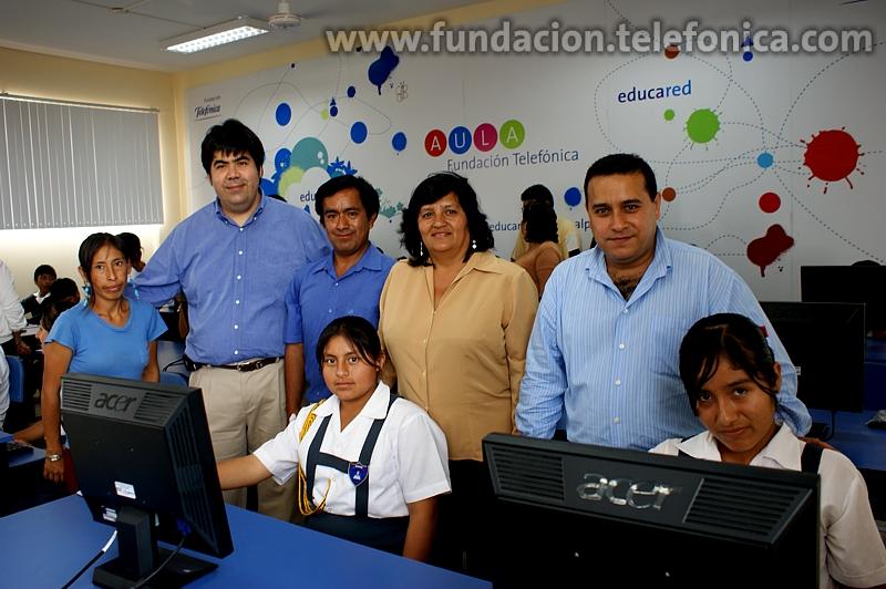 """Mario Coronado, director de la Fundación Telefónica del Perú; y Erich Stein, jefe de Telefónica de Trujillo junto a padres de familia y alumnos de la I.E. 81773 """"Simón Bolívar"""" del distrito de Huanchaco en la inauguración del Aula Fundación Telefónica"""