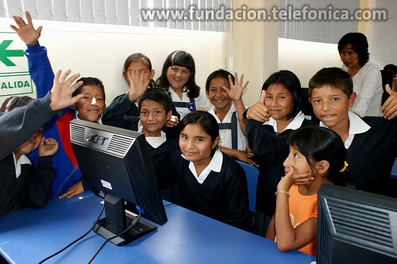 """Alumnos de la I.E. 81773 """"Simón Bolívar"""" del distrito de Huanchaco en la inauguración del Aula Fundación Telefónica"""