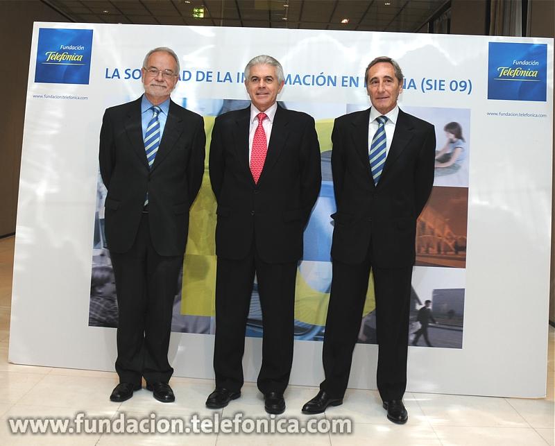 De izquierda a derecha Javier Nadal, vicepresidente Ejecutivo de Fundación Telefónica;  Francisco Ros, Secretario de Estado de Telecomunicaciones y para la Sociedad de la Información y Julio Linares, consejero delegado de Telefónica
