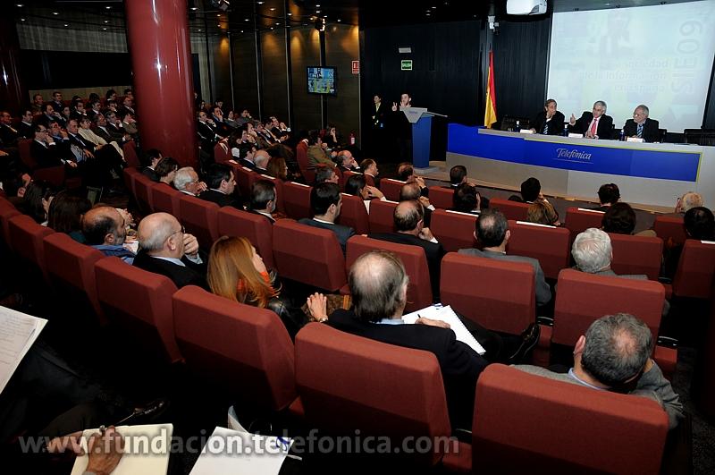 Vista general del auditorio durante la presentación del informe