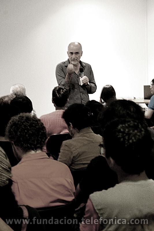 Foto Crítico de cine Ricardo Bedoya brindando una charla en el Centro Fundación Telefónica.