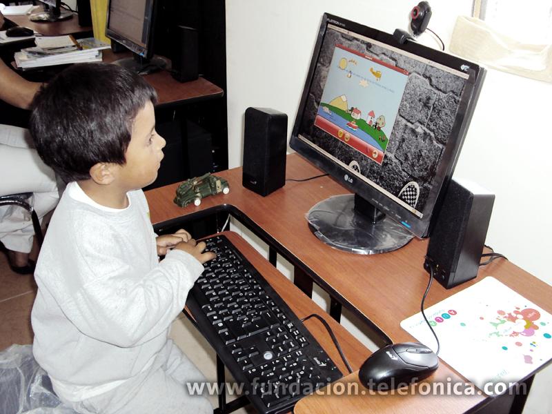 El Aula Fundación Telefónica implementada en la Escuela Federico González Suárez contribuirá con el mejoramiento educativo de 153 niños, niñas y adolescentes.