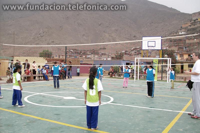 Niñas de colegios beneficiados por Proniño jugando voleibol durante la inauguración del Parque de la Amistad.