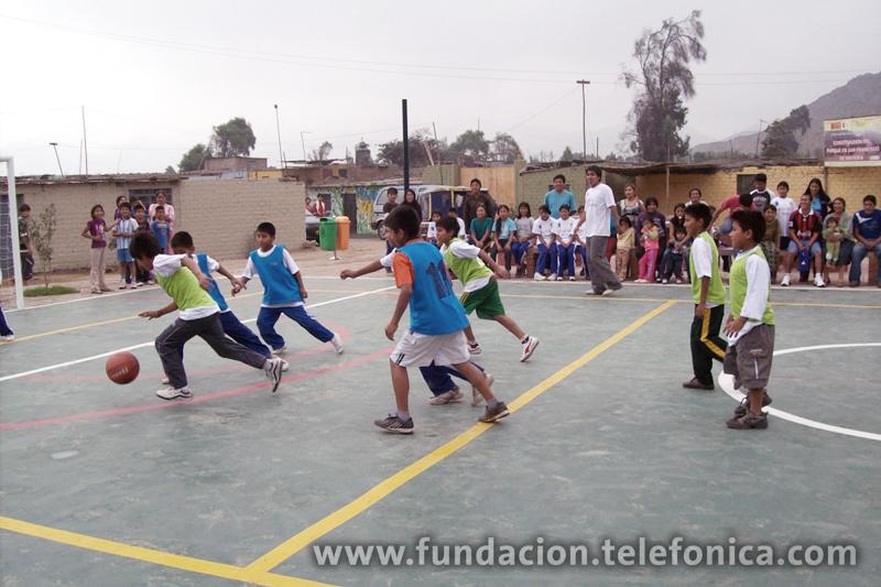 Niños de colegios beneficiados por Proniño jugando básquetbol durante la inauguración del Parque de la Amistad.