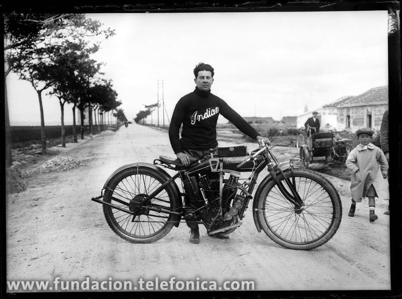 Un motorista en el circuito de Galapagar, 1917. © Marín. VEGAP 2010.