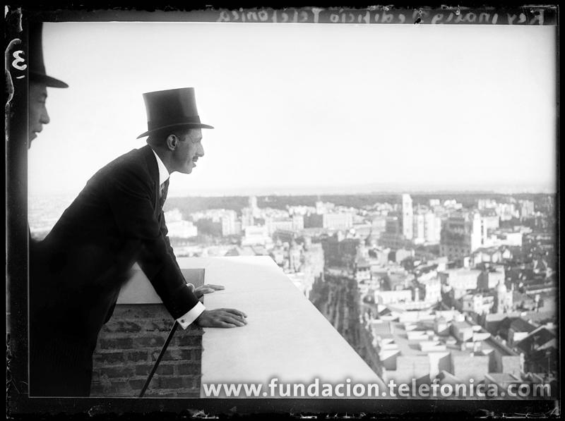 El Rey Alfonso XIII, en la azotea del edificio de Telefónica en la Gran Vía. Madrid, 1929. © Marín. VEGAP 2010.