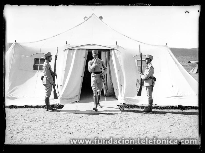 El Rey Alfonso XIII saliendo de su tienda en unas maniobras militares, 1916. © Marín. VEGAP 2010.