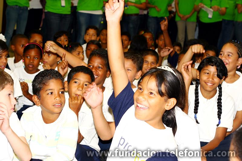En la sede principal de Telefónica en Caracas, este jueves 28 de enero, se desbordó la alegría cuando más de un centenar de estudiantes de escuelas populares de Petare, pertenecientes al programa Proniño de Fundación Telefónica, participaron de actividades recreativas y recibieron entretenidos e instructivos obsequios, de manos de un grupo representativo de empleados de la compañía.