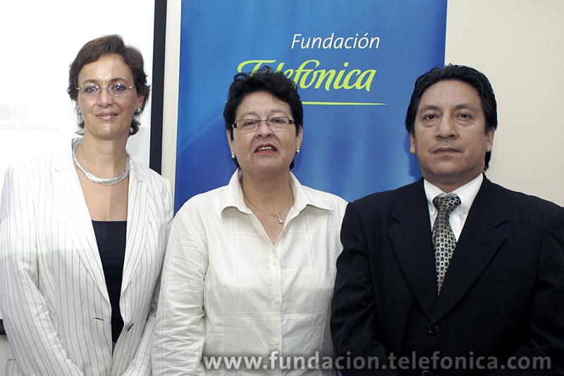 De izquierda a derecha: Dagmar Thiel, Vicepresidenta de Fundación Telefónica Ecuador; Rusia Candelario, Directora Escuela Provincia de Tungurahua; y Alfredo Zuñiga, representante de la Dirección Provincial de Educación.