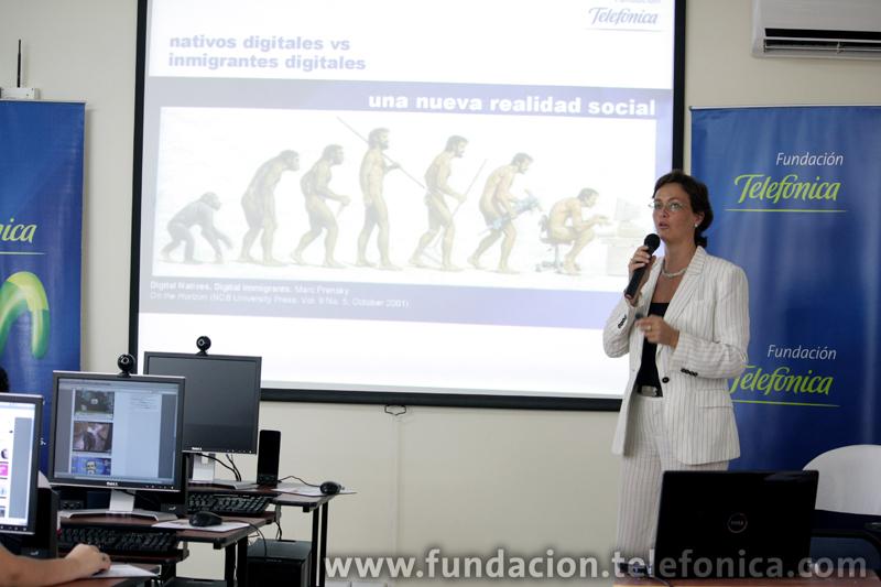 Dagmar Thiel, Vicepresidenta de Fundación Telefónica Ecuador, expuso sobre el comportamiento de los jóvenes ante las cuatro pantallas y realizó el lanzamiento oficial del estudio en Ecuador.