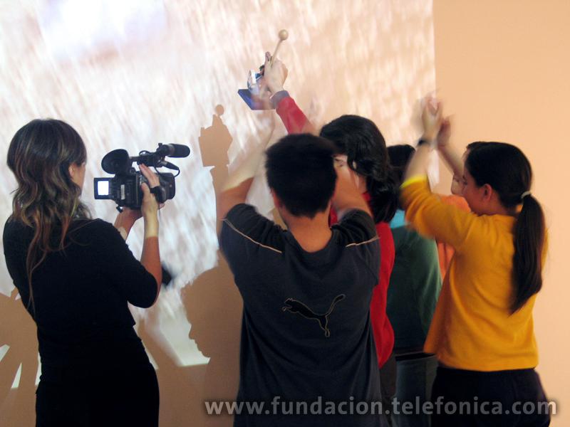 La iniciativa consiste en que los estudiantes formen parte de una experiencia artística utilizando medios tecnológicos con el fin de indagar la poética y estética del arte contemporáneo.
