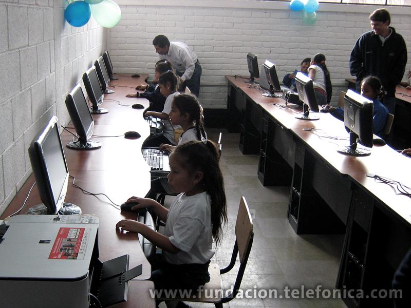 Las tres aulas fueron especialmente diseñadas y equipadas por Telefónica, cada una cuenta en promedio con  20 computadoras de última tecnología, conexión a Internet, cañonera, pantalla de proyección, equipo multifuncional y cámara digital.