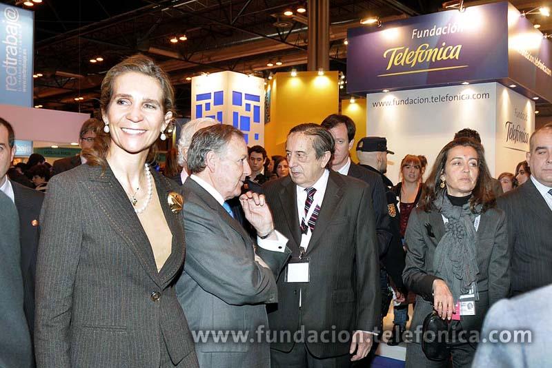 Tras el acto inaugural de Aula 2010, S.A.R. la Infanta Dña Elena visitó el stan de Fundación Telefónica.