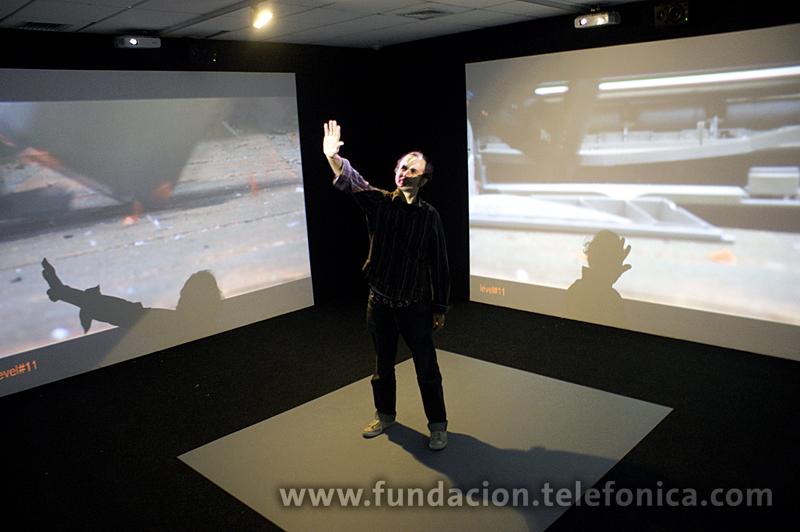 Artista Lucas Bambozzi en su instalación Mobile Crash.