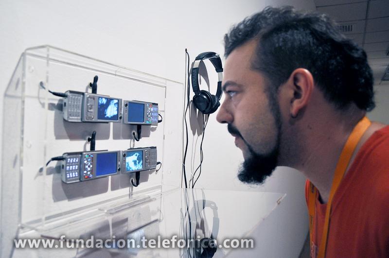 Artista Nacho Durán viendo su obra 4mobiles.