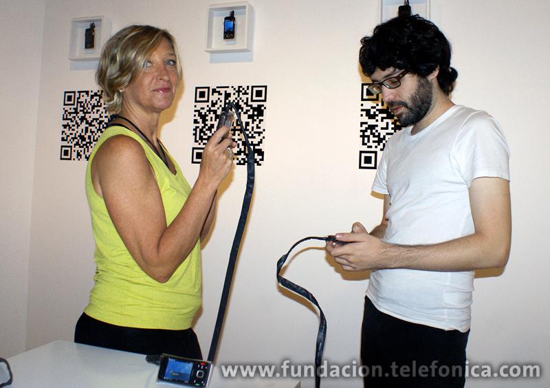 Artistas Giselle Beiguelman y Mauricio Fleury en su instalación Suite 4 Mobile Tags.