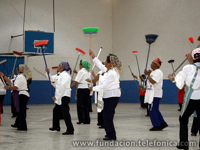 El grupo Morelos agradece al grupo de Voluntarios Telefónica con una rutina de Zumba.
