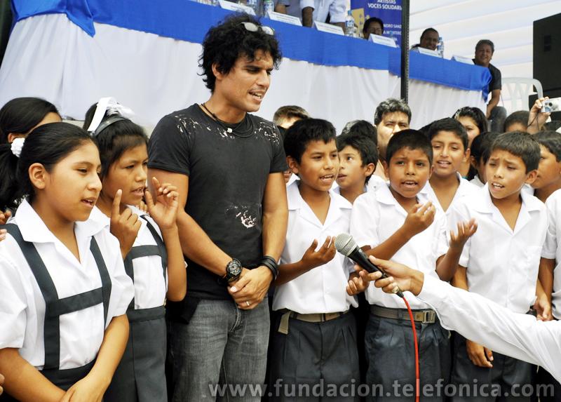 Pedro Suárez Vértiz, artista participante del Concierto Voces Solidarias, cantando junto a alumnos de la I.E. 22336 Los Molinos de Ica.