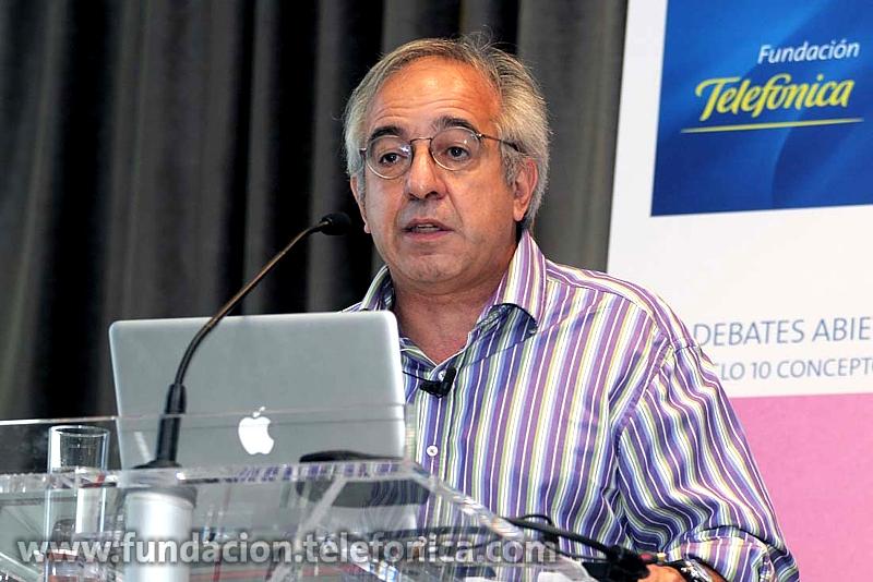El filósofo y profesor titular del Taller de Procesamiento de Datos, Telemática e Informática de la Universidad de Buenos Aires Alejandro Piscitelli, durante su intervención