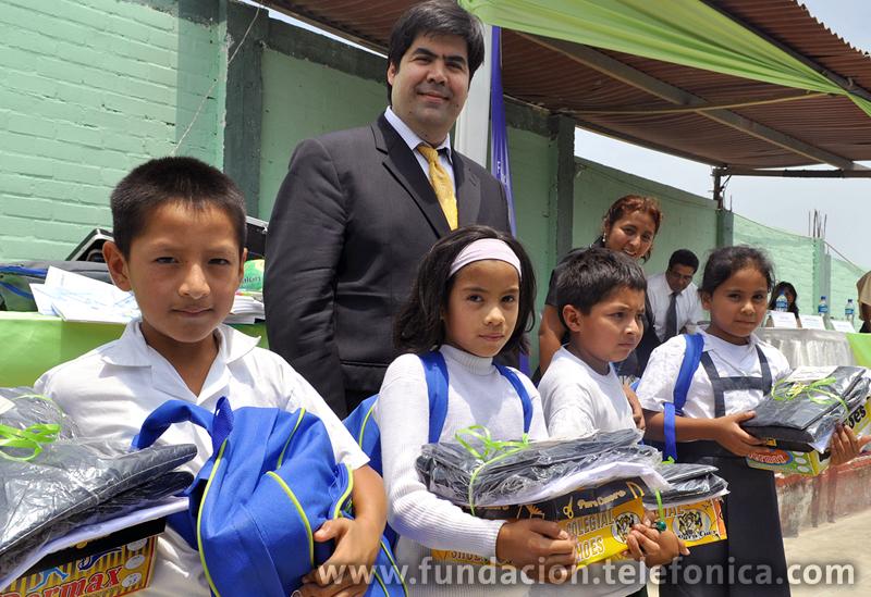 Mario Coronado, director de la Fundación Telefónica, junto a niños de la I.E. 5117 Jorge Portocarrero Rebaza.