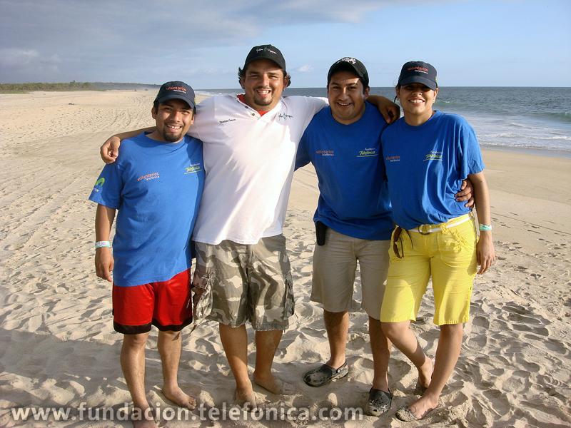 El equipo de Voluntarios Telefónica con el responsable del Campamento Selva Negra.